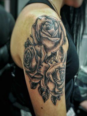 #blackwork #blackandgrey #roses #flowers #rose #rosetattoo #girly #girltattoo #fleurs