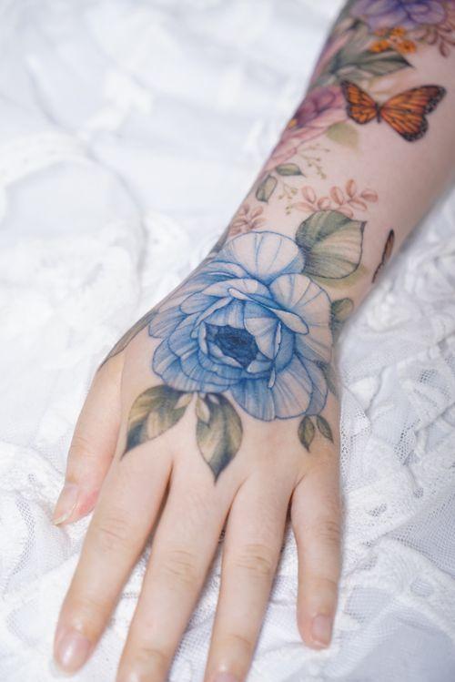 Hand tattoo by Silo #Silo #handtattoo #rose #flower #flowertattoo #rosetattoo #koreatattoo #koreaartist #seoultattoo #colortattoo #fineline #floral