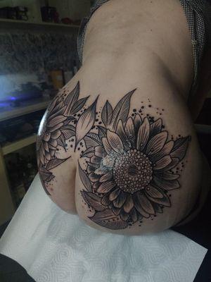 Sunflowers in other style #tondriktattoo #tattoodo #blackwork