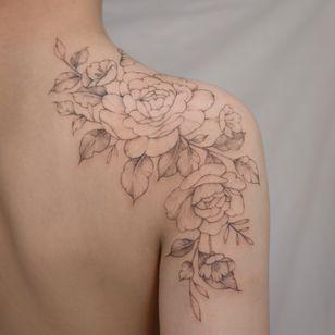 @tattooist_yuhwa #flowertattoo #floraltattoo #rosetattoo #peonytattoo #koreatattoo #koreantattoo #seoultattoo #finelinework #finelinetattoo #linework #blackwork