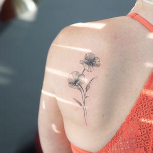 #minitattoo #smalltattoo #flowertattoo #poppy #seoultattoo #koreatattoo #tattooistsilo #blackworktattoo #linework #fineline