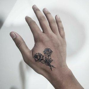 Tatuaje de Rosas en la Mano