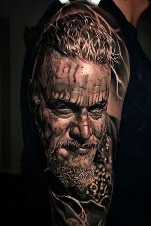 Ragnar Lothbrok #vikings #vikingos #ragnarlothbrok #ragnartattoo #vikingstattoo #realistictattoo #realismo #realisticink #portrait #tattooportrait #radiantcolorsink #colombiaink #denmark #dinamarca #danmark #kolding #copenhagen #tattooartist