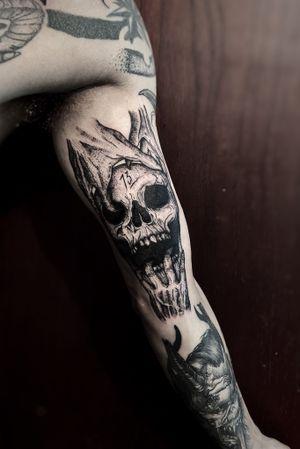 -💀 #tattoo #tattooart #tattoodesing #black #tatuaje #diseñotatuaje #dotwork #blacktattoo #skull #skulltattoo #tattooartist #tattooart #blackwork #blackworktattoo