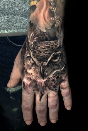 Owl hand tattoo #torontotattoo #torontotattoos #owltattoo #handtattoo