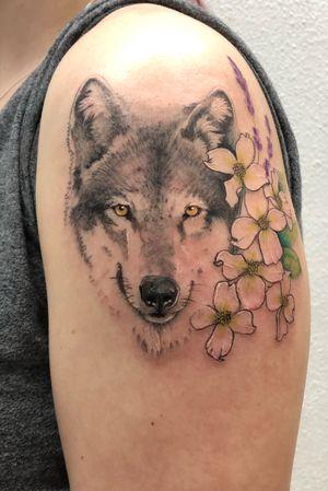 Wolf and floral tattoo #wolftattoo #illustrativetattoo