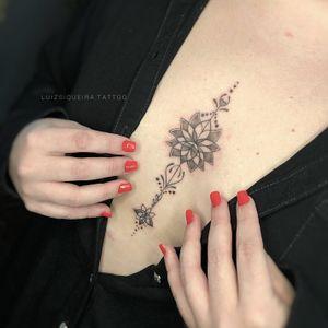 Tattoo delicada entre os seios.