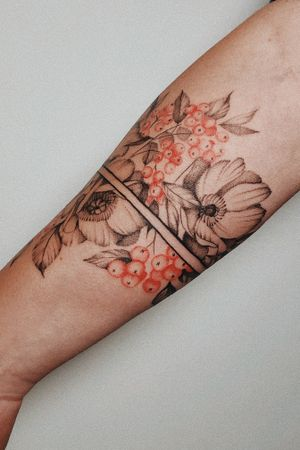 Flower bracelet for gust from Israel #lineart #linedrawing #minimalism #onelinedrawing #fineart #contemporaryart #illustration #fineline #finelinerart #portrait #tattoosketch #oneline #tattooidea #flowertattoo