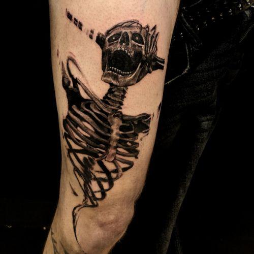 Scream, skeleton trash black and Grey, upper leg.