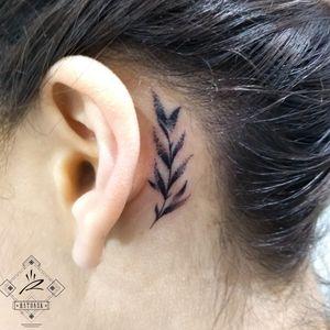 Tiny tattoo. Ratonsk 2020 #tattoogirl #tinytattoo #tattoodelicate #blacktattoo #blackwork #dotworktattoo #dotwork #ratonsk #girl #flowers #flowertattoo #barcelonatattoo #barcelonatattoo