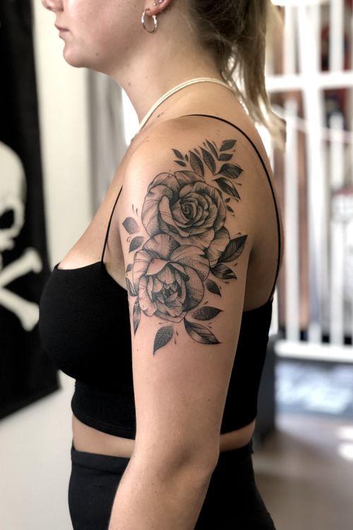 A set of #roses I did on @ninahalgunset before the #lockdown🙏🏼 • • • @flashheal  @creamtattoosupplyza  @tattooinc.co.za  @electrumstencilproducts • • • @kakluckytattoos  @luckyironstattoocph • • • #tattoos #art  #tattooartist #tattoosofig  #electrumstencilprimer #tattooed #420 #tattoooftheday #luckyironstattoo #walkins #tatovering #dipandrip #radtattoos #flashheal #kakluckytattoos #capetown #copenhagen #fineline #whip #stipple #blackwork #rosetattoo #kaapstad