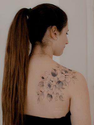 Shoulder #floraltattoo #floral #tattoofloral #flowertattoodesigns #flowertattoo #flowers #flowertattoos #tatuagem #spaintattoo #SpanishTattoos #SpanishArtists #floralsleeve