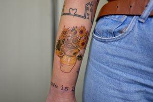 Sunflowers, Van Gogh. (8 cm) È sempre un piacere tatuare un pezzo suo, grazie mille Magda ♡ • • • #mutazionitattoo #vangogh #sunflowersvangogh #vangoghtattoo #microrealism #catania #singleneedle #fineline #inkstinctsubmission #art #realistictattoo @equilattera @theartoftattooingofficial @tattoodo @txttooing