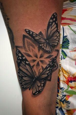 No hago mucho puntillismo, pero me gusta el efecto que da,  y cómo se vio con estas mariposas mandalisticas