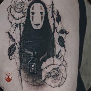 KAONASHI He's got a lantern to see the way clearer. ❦ 👹PLEASE DO NOT COPY - beware of the rage of Tengu👺 . ❦ Every design is unique and being tattooed only once. . ❦ #tattoo #tattoohamburg #tattooartist #tatouage #入れ墨 #tätowierer #tatuador #tattooart #illustrativetattoo #kaonashi #noface #kaonashitattoo #nofacetattoo #jpaneseculture #anime #manga #animetattoo #studioghiblitattoo #studioghibli #darktattoo #blackworkers #blackworktattoo #blackwork #roses #rosetattoo #scarscoverup #reiinku_tattoo