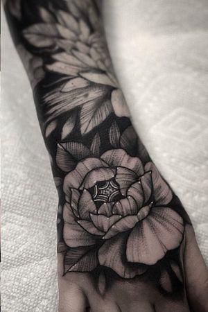 Hand tattoo by Nate Silverii aka hungryhearttattoos #NateSilverii #hungryhearttattos #handtattoo #rose