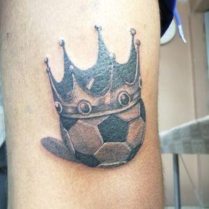 Balón con Corona 🗡️🗡️ Citas y cotizaciones 📲 2225480847 inbox página Facebook https://www.facebook.com/blueinktattoooficial/n . . . . . . . . . #blueinktattoo #tatuadorespoblanos #tatuadoresmexicanos #tatuajes #tattoo #ink #inktattoo pigmentos por @dynamiccolor , hecho con productos @aplof.tattoo y cartuchos @zitacartuchos #zitacartuchos #zita @cheyenne_tattooequipment #yo3rl #blackwork #blackworktattoo #balon #balontattoo #corona #coronatattoo #futbol #futboltattoo #crow #crowtattoo #pasionporelfutbol #soccer blue ink tattoo Rafael González 🇲🇽