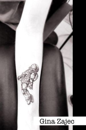 Tatuaje de astronauta en blackwork hecho por Gina Zajec. Envíanos mensaje y agenda tu cita  💌💀✨ #KarmaINKCollective los mejores tatuajes con los mejores precios 🙌🏻 . . . . . . . . . #blackwork #blackworkes #tatuajesnegros #tatuadoras #tatuadorasmexicanas #estudiodetatuajesencdmx #tatuadorasmex #blackworktattoo #ginazajec #artistasmexicanas #astronautatattoo #astronauta #tatuajesnegros #tatuajesennegro #blacktattooist #spacemantattoo