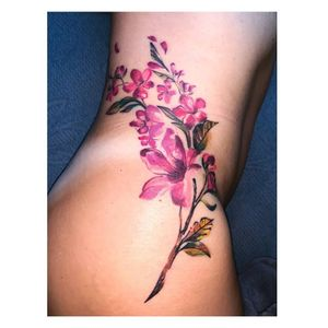 Floral cicatrizado em pele parda