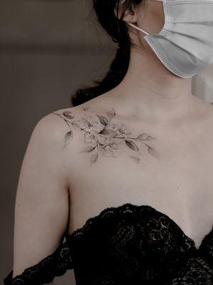 #floraltattoo #tattooflower #tattooflowers #tattooperfection #ladytattooer #smalltattoo  #femaletattooartist #femaletattoo