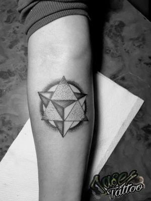 #tatuaje #geometrico #triangulo #puntillismo #blackandgrey #geometry #tatuajes para #hombre y #mujer #tattooart #ink ⚡