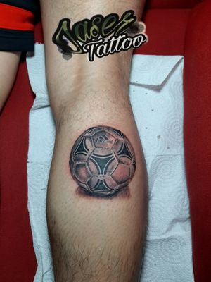 #tatuajes #balon #Futbol #realismo #blackandgrey #sombreado #adidas #tatuaje para #hombre . . #jaser #tattooart #ink ⚡