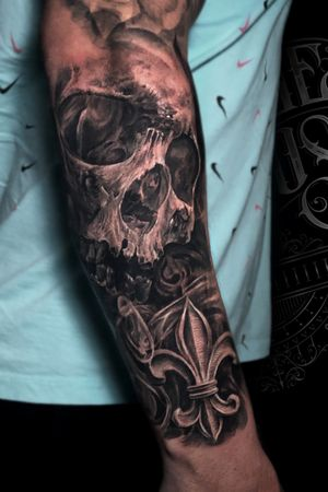 Skull and fleur de lis