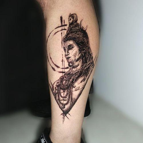 """Shiva é um dos Deuses supremos do Hinduísmo, conhecido também como """"o destruidor e regenerador"""" da energia vital; significa o """"benefício"""", aquele que faz o bem. Mais uma vez muito obrigado querido @deividmoratta por mais essa arte autoral que amei passar pra sua pele!  . VALORIZE A ARTE! NÃO COPIE, CRIE! . Interessados chamem no DM! . . Curtam, comentem, recomendem e compartilhem 🎨 ------------------------------------------------------------ Estúdio: @sailortattooldn  Contato: 43 30253292 (WhatsApp)"""
