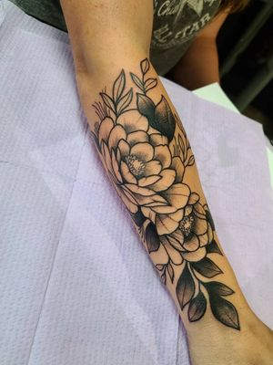 #flower  #peony #stippletattoo #blackandgreytattoo #blackworktattoo #bold #floral #texastattoos #texasartist #inkedchick #ladieswithtattoos