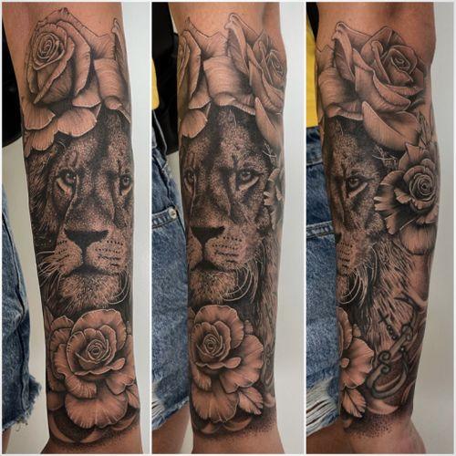 #tattoooftheday #tattoo #tatouage #lion #liontattoo #realistictattoo #realistic #realistikink #realism #rose #rosetattoo #forearmtattoo #animal #animaltattoo #lausanne #lausannetattoo #tattoolausanne #fann_ink