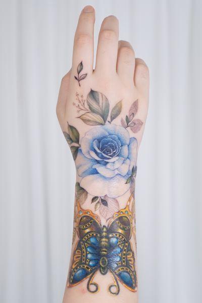 #handtattoo #flowertattoo #rosetattoo #koreatattoo #floraltattoo #colortattoo #inked #tattoo #tattooartist #armtattoo #linework