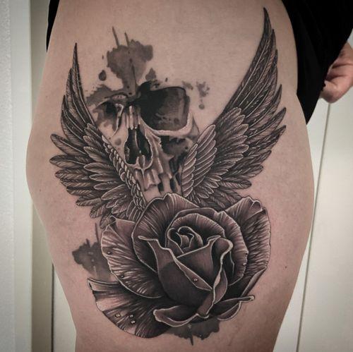 #kwadron #tattoo #tatouage #rose #rosetattoo #skull #skulltattoo #wings #wingstattoo #realistictattoo #realistic #realism #realismtattoo #realisticink #blackandgrey #blackandgreytattoo #lausanne #tattoolausanne #lausannetattoo #fann_ink