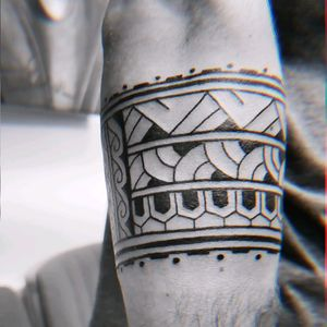Customs Polynesian Armband Tattoo (freehand) for @jairbeverwijk from Netherlands. Thank you using my design without any questions and the trust.  The Trust is all we need as Tattoo Artists to let our creativity, knowledges and experiences out. . . . . #polynesiantattoo #freehandtattoo #lineworktattoo #finelinetattoo #maoritattoo #armbandtattoo  #tattoo #tattoodo #hendjerin #kayontattooatelier