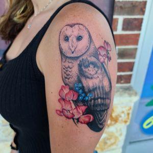 #owl #barnowl #cooltattoos #chickswithtattoos #ladieswithtattoos #flower #floral #realism #blackandgreytattoo #colortattoo