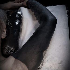 Full black on Cécile #fullsleevetattoo #fullblack #blackouttattoo #blackoutstyle #fullblacksleeve #onlyblackart #missvoodooo #ornementaltattoo #missvoodootattoo #fullblacktattoo