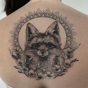 #tattoo #tattoooftheday #fox #foxtattoo #renard #renardtattoo #animal #animaltattoo #realisticink #realism #dotwork #dotworktattoo #petitspoints #flower #flowertattoo #blackandgrey #tattoolausanne #lausannetattoo