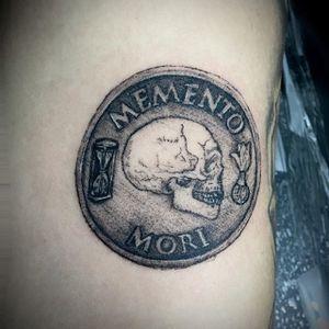 Memento Mori 5 cm nessa tattoo, com muitos detalhes