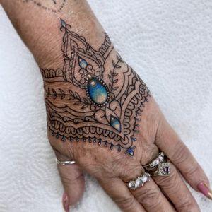 Jewel piece 💎Done by IG: @yleniaattard #handtattoo #jewel #ornamental #linework #feminine #colour
