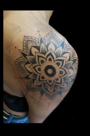 Freehandcito de hoy para la bebu @lceleste.priv gracias por confiar chiqis.. #tattoo #inked #ink #mandala #mandalatattoo #freehand #dotwork #dotworktattoo #linework #blackwork #blackworkers #luchotattoo #luchotattooer #pergamino
