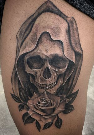 Probably one of my favorite things to tattoo skulls and roses. Client decided to eventually add on to the outer parts to this just gonna figure out what first. Thanks for looking 🤙🏽 #skulltattoo #sleevetattoo #legtattoo #stippletattoo #peaces #bng #blackandgrey #realism #guyswithtattoos #girlswithtattoos #inked #artist #arte #empireinks #dynamic #ttechneedles #hardliferotaries #blessed #oc #cypress #longbeach #skanvas