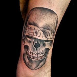 El último del día.. #tattoo #inked #ink #skull #skulltattoo #calavera #seenoevil #blackandgrey #blackandgreytattoo #grises #shader #shadows #sombras #luchotattoo #luchotattooer ##pergamino