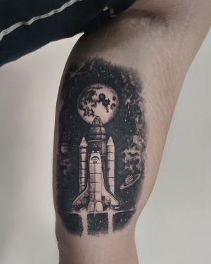 🚀 Done by IG: @yleniaattard #spaceshuttle #rocket #spacetattoo #realism #realistictattoos