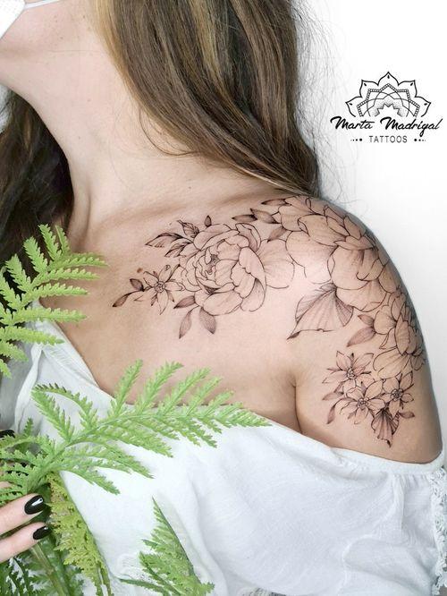 floral tattoo on shoulder by Marta Madrigal #MartaMadrigal #fineline #flower #rose #linework #shoulder