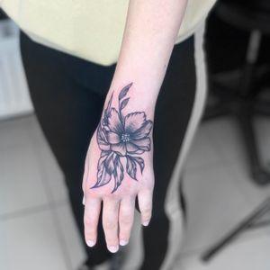 Flowers tattoo Inst:@flyrosetattoo #tattoo #tattooflowers #tattoohand #tattoowow #tattoolike #awesometattoo #thebesttattoo #flyrosetattoo #goodlucktattoo #tattoowork #blacktattoo #tattoodesign