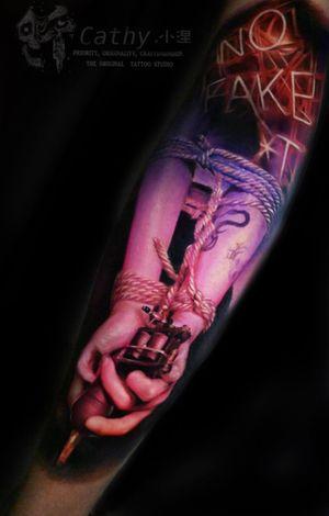 图拍的草率了一点都不清[衰]给徒弟纹的厦门现场6小时作品。 感谢支持与评委的喜欢🙏 你们问我这个图什么意义,其实挺简单,纹身机代表职业,手是承载者女朋友的手,亲自捆绑亲自拍摄😅 . . . . . . . . #tattooartwork #bundled #bound #tattooideas #lighttattoo #tattoomachines #tattoomachine #handstattoo #calftattoos #tattoodesigncalf #tattooloveart #armtattoos #ropeart #bodyarttattoo #colortattoos #colortattoodesign #realistictattooartist #realistictattoo #nicetattoo #pinktattoo #chongqing #chengdulife #xiamen #重庆 #纹身 #刺青