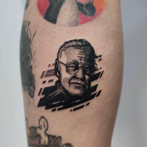 Stan Lee done by IG: @yleniaattard  #stanlee #smallportrait #comic #marveltattoo