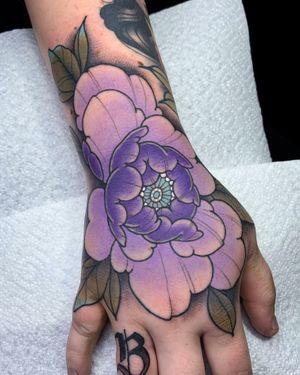 Purple hand-peony 🦄 #handtattoo #jobstopper #peony #colortattoo #peonytattoo #neotraditional