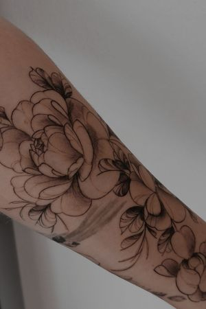 Flowers | by @naokotattoo Instagram : @naokotattoo #tattoofrance #finetattoo #flowerstattoo #floraltattoo #blackandgraytattoo #tattooparis #naokotatoo