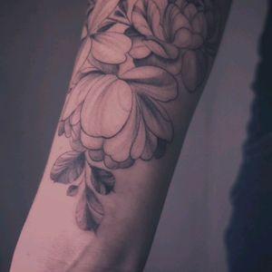 Floral   by @naokotattoo Instagram : @naokotattoo #tattoofrance #finetattoo #cutetattoo #floraltattoo #floretattoo #tattooparis #naokotatoo