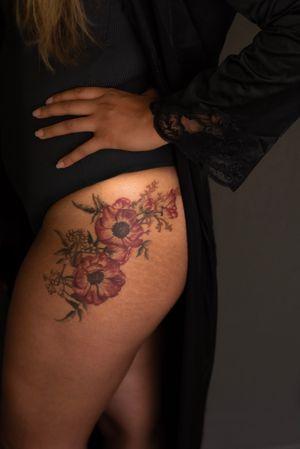 Red anemones & jasmine vine • Flowers full color ink, leaves color shaded #anemonetattoo #jasminetattoo #floraltattoo #botanicaltattoo
